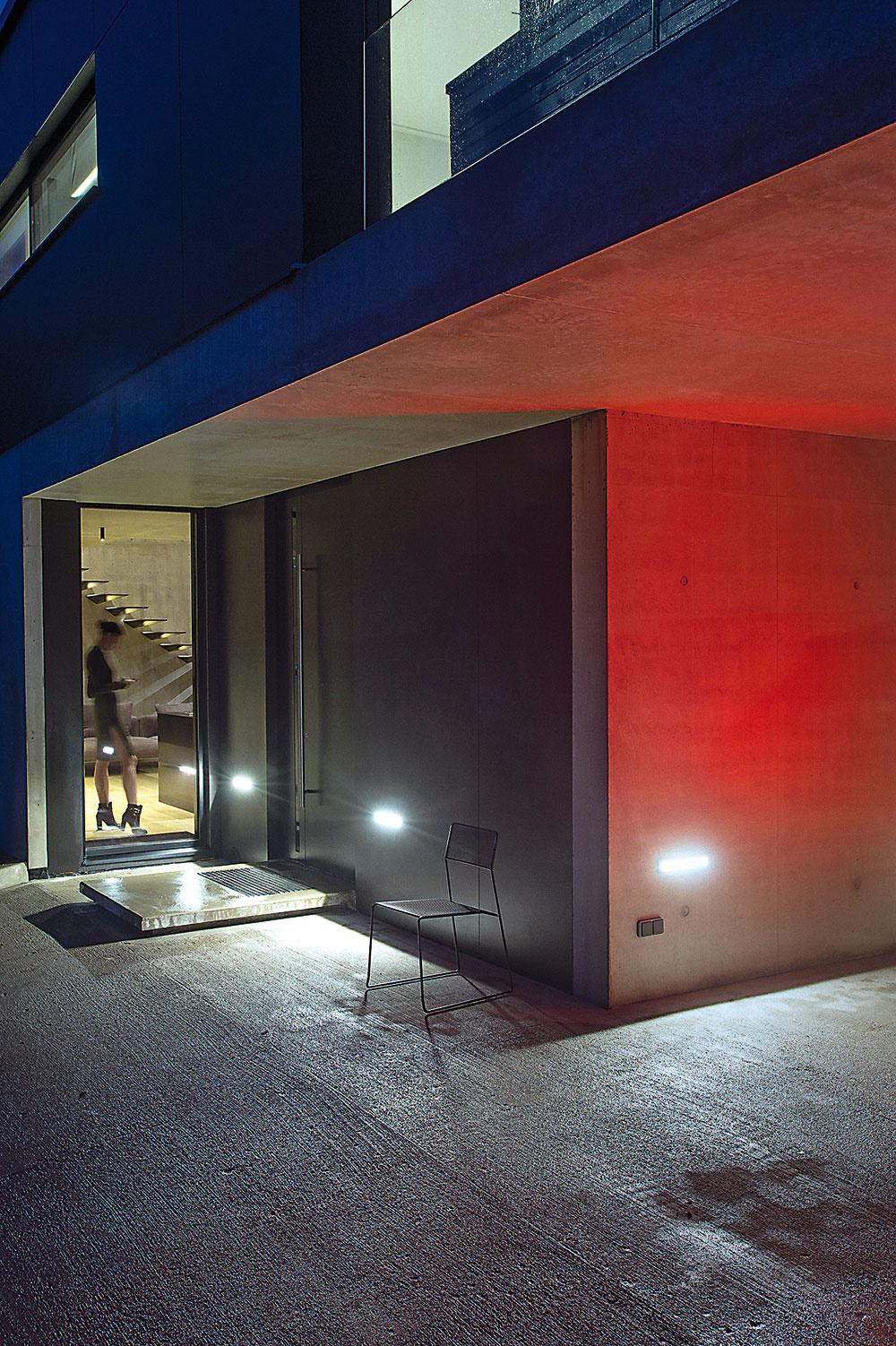 Spojenie betónu askla umožňuje estetické azároveň funkčné riešenia pri vytváraní súkromia aj rôznorodých interakcií interiéru sexteriérom.