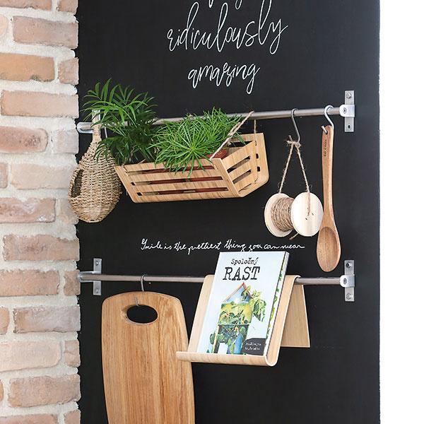Bočnú stenu kuchynskej linky natrite tabuľovou farbou, primontujte kovové systémy na vešanie apopustite uzdu svojej fantázii. Na čiernej stene pekne vynikne zelená rastlina vkvetináči, rovnako ako drevené pomôcky na varenie. Nuž, anapokon kriedou napíšte to, čo vám dnes leží na srdci, prípadne na tanieri.
