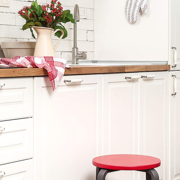 Aby vaša rustikálna biela či akákoľvek iná kuchyňa nepôsobila fádne či mdlo, skúste zobrať do ruky výraznú farbu aštetec anatrieť ňou hoci len malú debničku na zeleninu či stolček. Miestnosť to neuveriteľne oživí anavyše – červená farba podporuje chuť do jedla, preto by vžiadnej kuchyni nemala vo forme malého doplnku chýbať. www.balakryl.sk