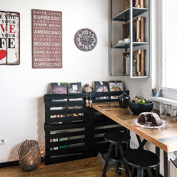 Staré palety dobre poslúžia ako odkladací priestor na knihy či časopisy apripevnené na stenu nezaberú vmalej kuchyni priveľa miesta. Tí odvážnejší ich môžu namontovať na strop ako podklad pod svietidlo. Stačí, keď ich pred použitím obrúsite anatriete farbou. Garantujeme vám, že takéto ozvláštnenie kuchyne zaujme každého.