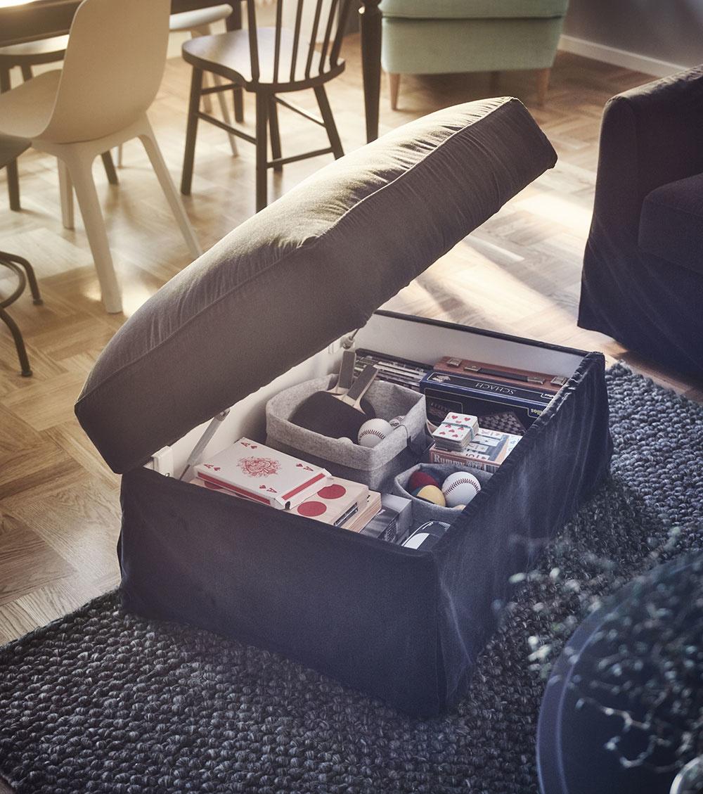 PODNOŽKA FÄRLÖV má pod sedadlom priestranný úložný priestor, ktorého vrchnák zostane pri vkladaní  a vykladaní vecí bezpečne otvorený. Za 229 € nájdete v ponuke IKEY.