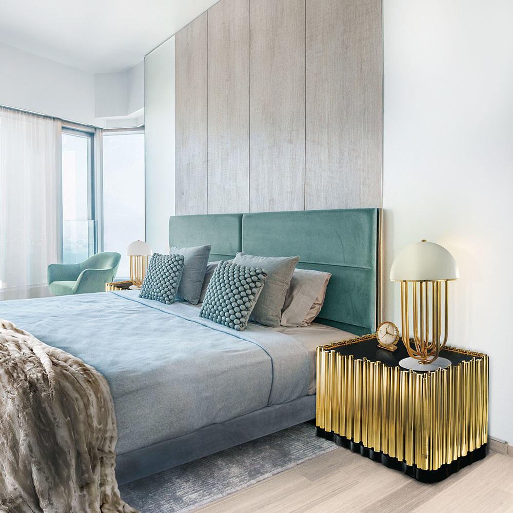Priestranná spálňa si zaslúži posteľ v štýle glamour. Z materiálov vyberajte lesklý hodváb, damask, bavlnený satén a zamat. Nádherne pôsobia i dekoračné vankúše s 3D vzormi alebo strapcami. Neprekonateľná bude kožušina, ktorá môže slúžiť ako pléd na posteli či ako hrejivá podnožka pri nohách. Doplnky ako lampy alebo nočné stolíky v zlatých odleskoch len podčiarknu luxusný zámer.