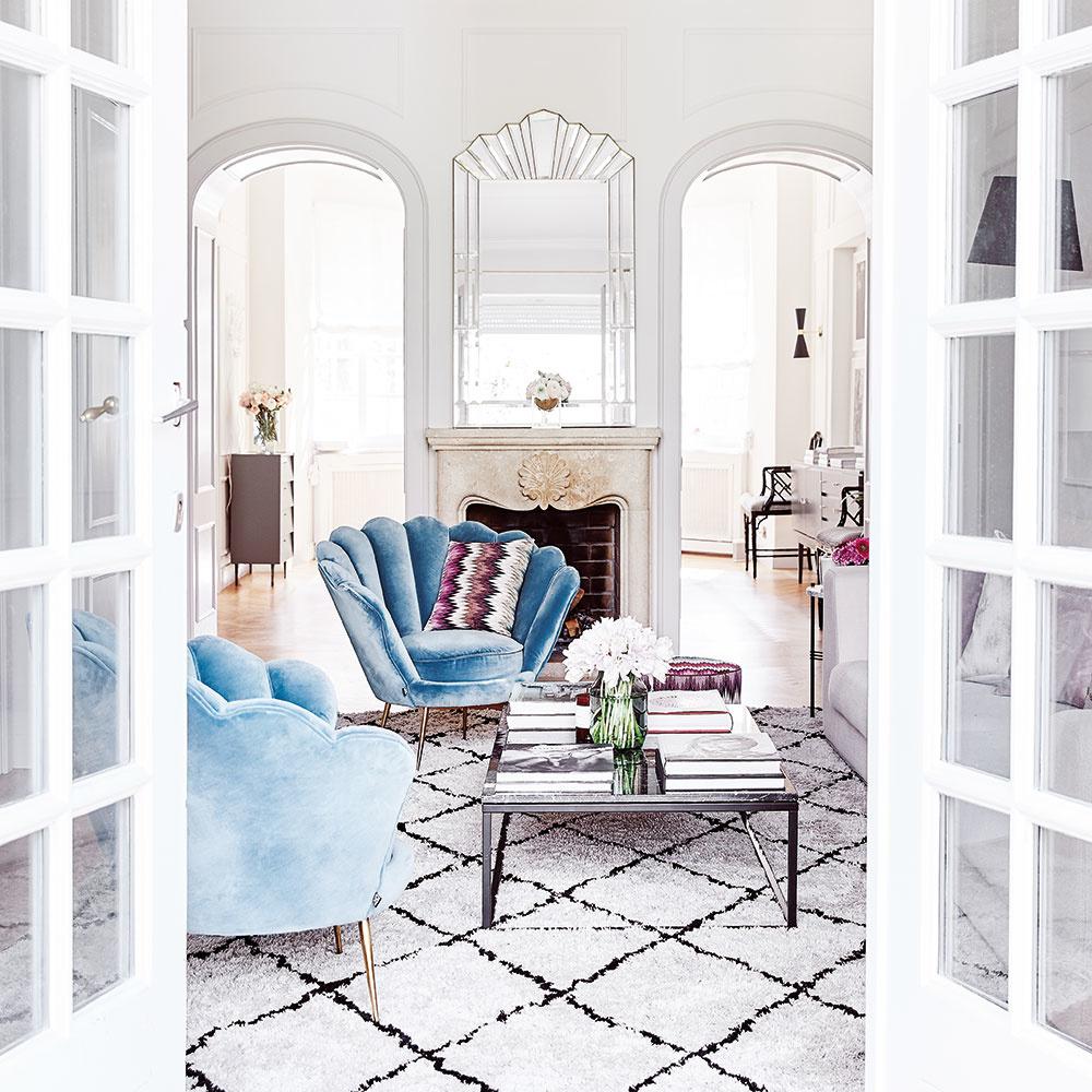 Interiér plný bielych čistých tvarov, veľkých okien asklenených doplnkov pôsobí vždy veľkoryso aprívetivo. Ale až usadením sa do zamatovo hebkých kresiel dokonale precítite to, čo ste pred chvíľou len ochutnávali očami. Kvalitná mäkká sedačka akoberec svysokým vlasom budú nielen dýchať noblesou, ale vytvoria vobývačke miesto na nekonečne dlhé leňošenie aoddych.