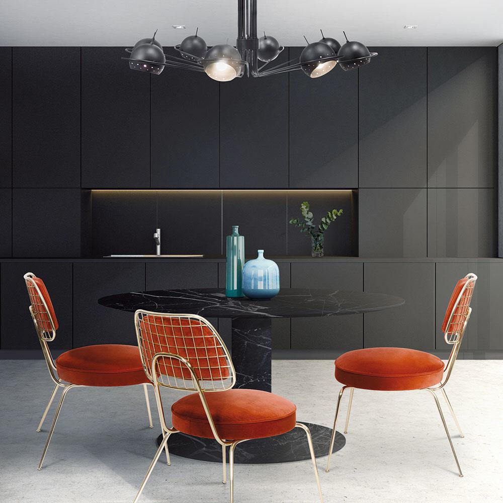 Čierna je farba, ktorou nič nepokazíte ani v interiéri, je nadčasová a elegantná. Ukryje všetko, čo nechcete zdôrazniť, naopak, v jej blízkosti vynikne všetko, čo stojí za odhalenie. Čo tak vyskúšať čierny mramor  v podobe dosky jedálenského stola? Výrazné kovové stoličky s pohodlným zamatovým čalúnením volajú po pozornosti. Správnym kombinovaním kontrastov hravo namiešate tú správnu dávku luxusu.