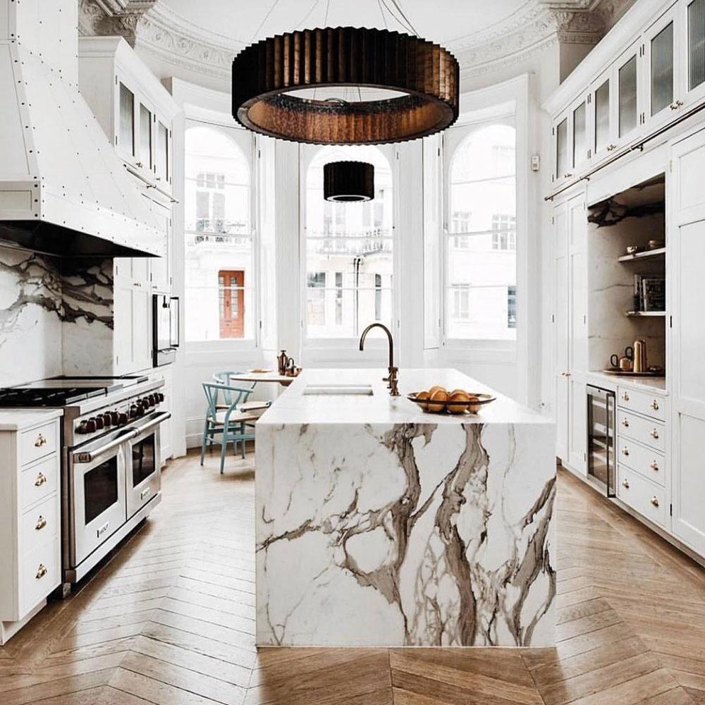 Vzhľadom na svoju náročnú prevádzku si kuchyňa luxusné a kvalitné materiály priam vyžaduje. Siahnite po prírodných a odolných materiáloch, ako je oceľ, kov a kameň. Mramor či žula s nádhernou štruktúrou a jemným leskom bude nielen pastvou pre oči, ale stane sa vaším odolným a oddaným spoločníkom pri varení. Chladný kameň ideálne doplnia nadčasové medené doplnky, luxusne bude pôsobiť aj obľúbená zlatá.