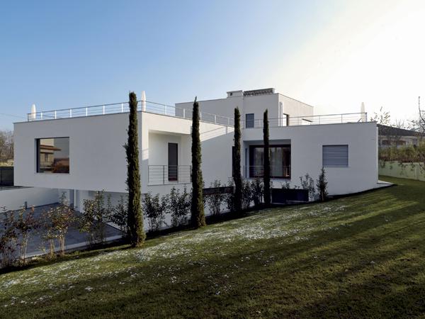 Decentne dominantný dom v obci Peveragno