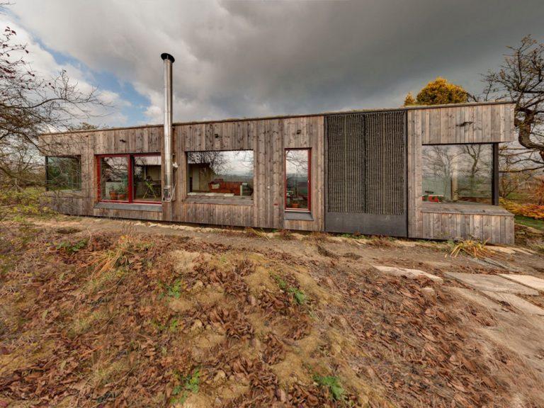 Záhradník si nechal postaviť dom so zelenou strechou úplne na kopci