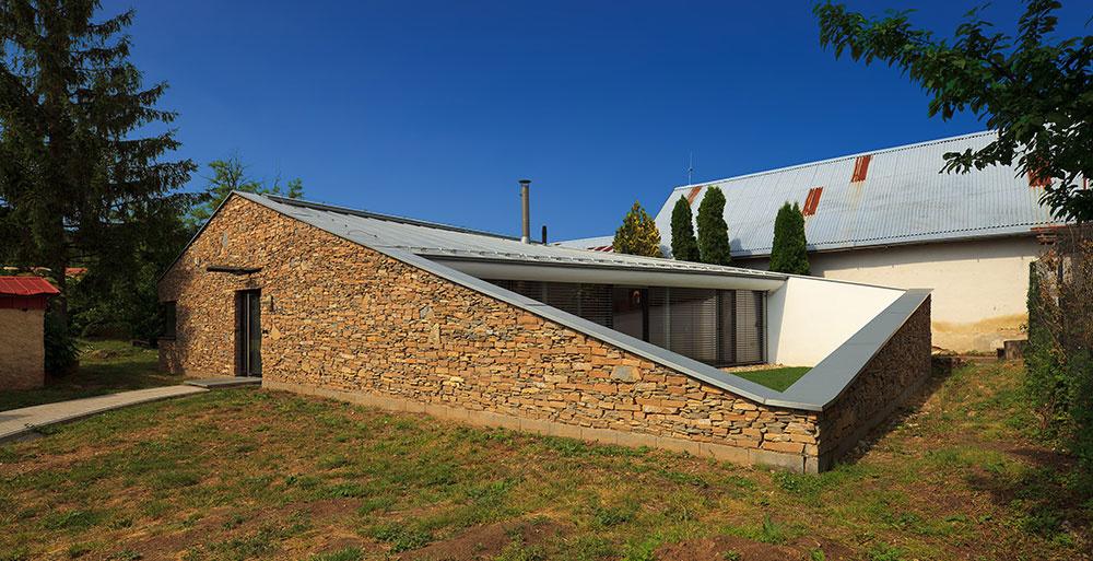 Dom pre kňaza v Dražovciach: Trvácnosť, čistota, ale aj vtipné riešenia