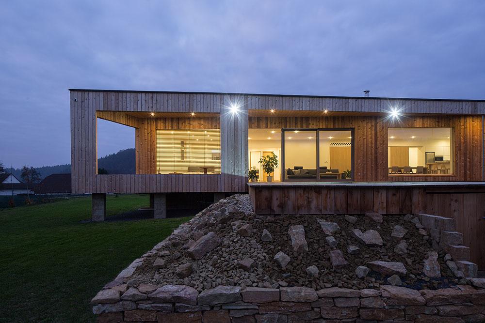 Jednopodlažný dom obložený drevom s nízkymi prevádzkovými nákladmi