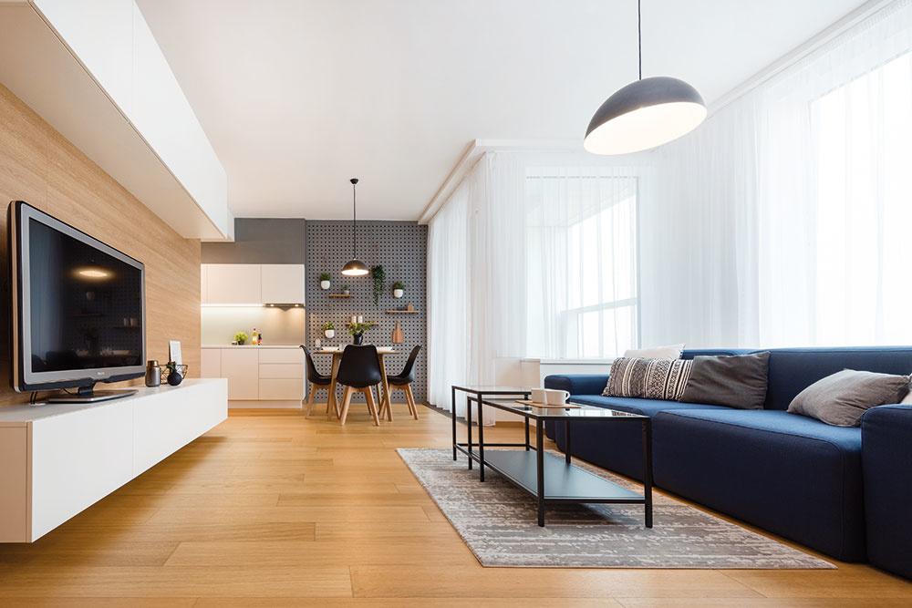 NA MIERU je vyrobený takmer všetok nábytok v byte vrátane mohutnej tmavomodrej sedačky. Pekne ju dopĺňa dvojica kovových konferenčných stolíkov, ktorá zároveň do priestoru vnáša vzdušnosť.