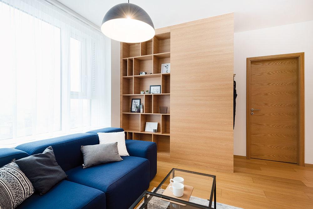 Osvedčeným trikom, ako vytvoriť vzdušný a opticky priestranný interiér, je nábytok na mieru, svetlé farby a zopár originálnych či oživujúcich doplnkov.