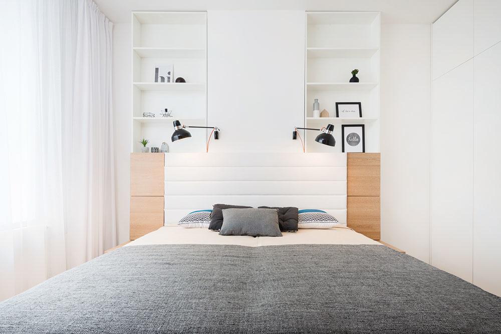 Spálňa, v ktorej dominuje čalúnená posteľ, v sebe ukrýva dostatok odkladacieho priestoru. Nielen vo vstavanom nábytku, ale i v odkladacom priestore postele, kam si môžu noví nájomníci uložiť i rozmernejšie veci.