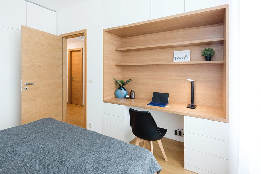 Pracovný kút urobili v elegantnej nábytkovej nike. Okrem ďalšieho úložného priestoru tak vzniklo aj celkom veľkorysé miesto na prácu z domu.