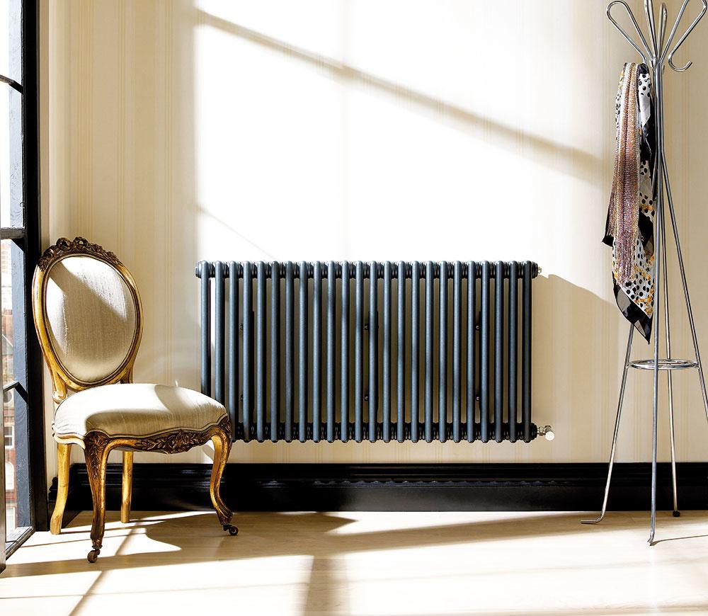 Článkový radiátor Zehnder Charleston má až 35 % podiel príjemného sálavého tepla. Vďaka nadčasovému vzhľadu, ktorý nepodlieha meniacim sa trendom, sa hodí do klasických aj moderných interiérov. Vyrába sa vširokej škále rozmerov (až do výšky 3 m) atepelných výkonov, sviacerými typmi pripojení iupevnenia avo viac ako 50 farbách. Môžete sa tak rozhodnúť, či ho necháte elegantne splynúť so stenou alebo ho zvýrazníte kontrastnou farbou azmeníte na zaujímavý solitér. www.zehnder.sk