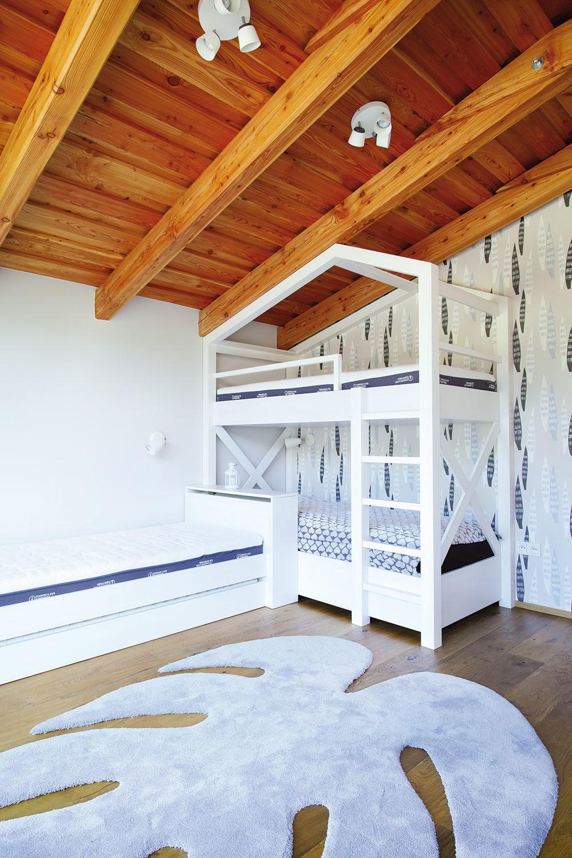 IKONICKÝ KOBEREC od značky Miroo využívajú interiéroví dizajnéri veľmi radi, keďže dokáže dokonale oživiť každý priestor – od spálne cez detskú izbu až po obývačku. Jeho organický tvar vtomto prípade tematicky ladí smotívom tapety.