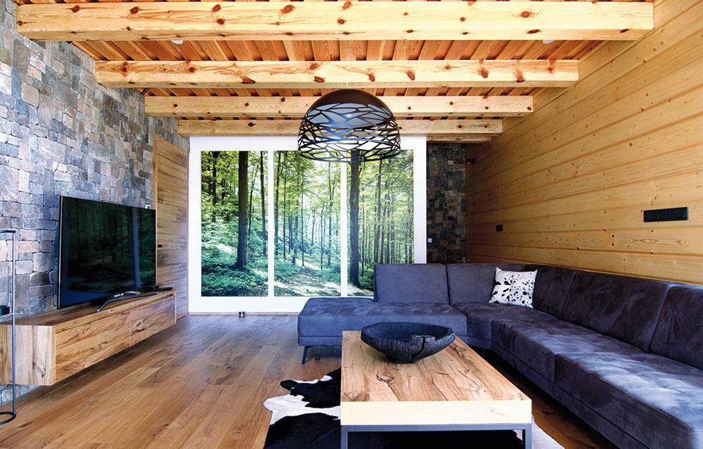 FAREBNÝM OŽIVENÍM tlmených tmavších tónov vcelom interiéri je prírodná zelená, ktorú požadovali majitelia vnejakej forme zakomponovať do konceptu. Objavuje sa na veľkých fotoobrazoch vobývacej izbe avbudúcnosti bude vpodobe machového obrazu zdobiť stenu za jedálenskou lavicou.