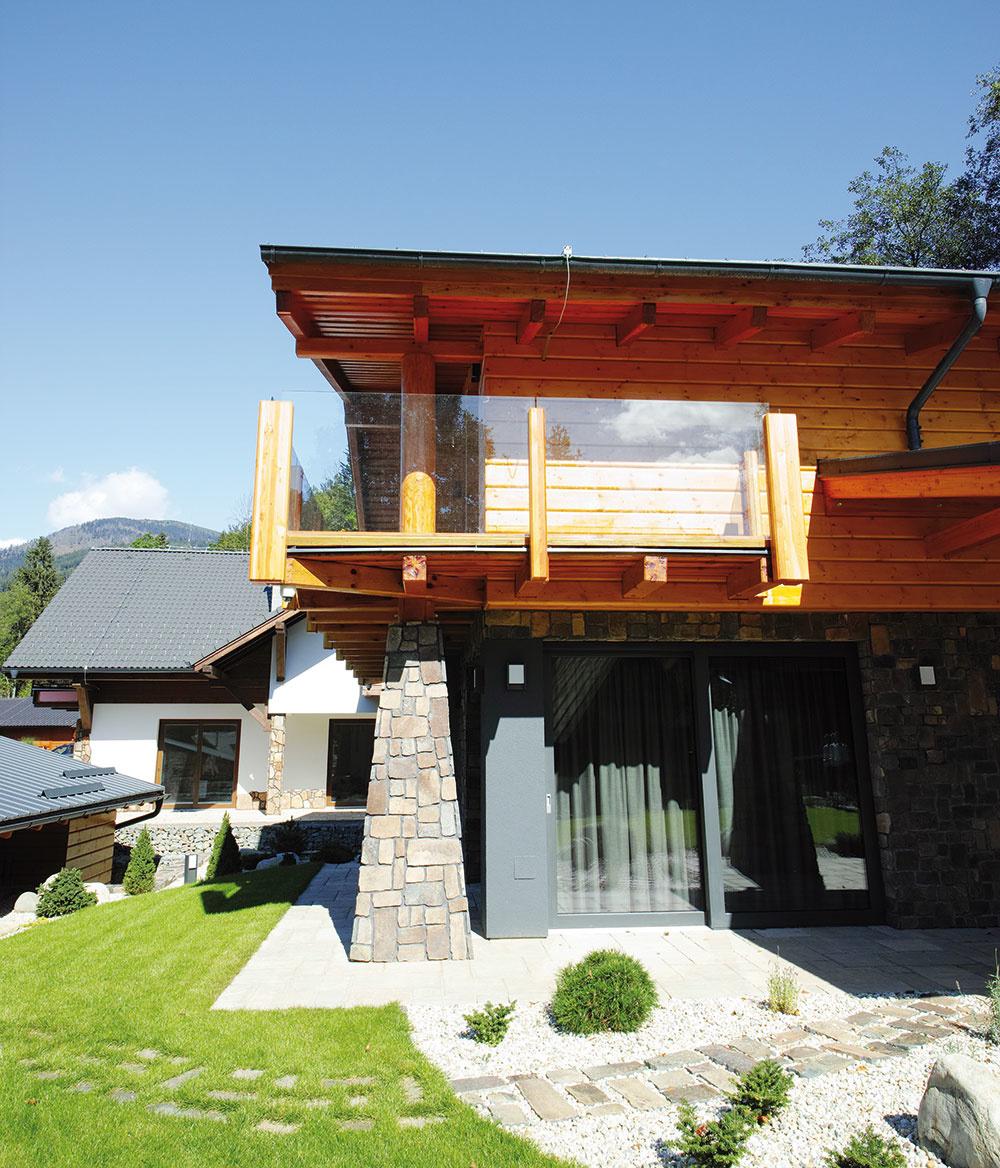 AJ NA ROŽNOM BALKÓNE je použité číre sklo vpodobe zábradlia, aby stavba nepôsobila príliš usadene. Za pekného slnečného počasia sa tu dá so šálkou čaju či kávy vychutnávať pohľad na okolitú horskú scenériu.