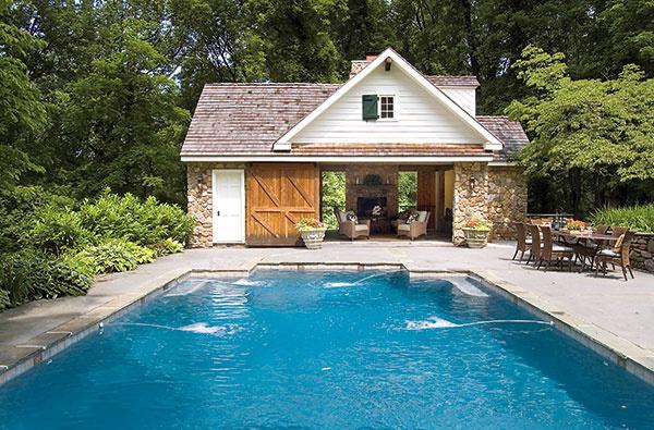 Zapustený bazén sa stáva pevnou súčasťou záhrady a okolia domu. Znamená zásah do pozemku, aký nejde len tak zo dňa na deň vrátiť do pôvodného stavu.