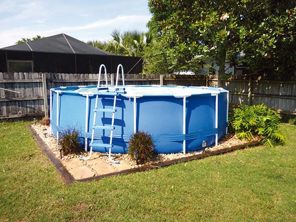 V nadzemnom bazéne s rámovou konštrukciou si môžete aj zaplávať. Nemusíte uskutočňovať žiadne terénne zmeny a dá sa jednoducho rozložiť a uskladniť. Niektoré druhy však odolávajú i mrazu a možno ich ponechať v záhrade počas celej zimy.