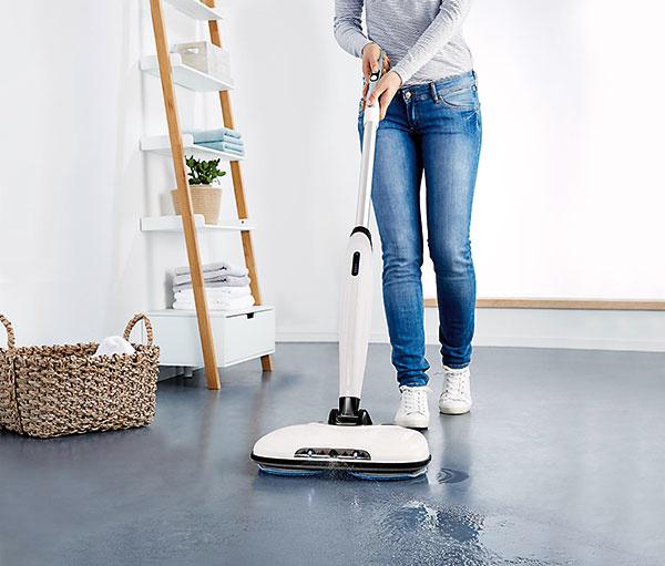Elektrický mop bez kábla má čas prevádzky približne 45 minút avyčistí aj ťažko prístupné miesta. Za 99,95 € predáva Tchibo.
