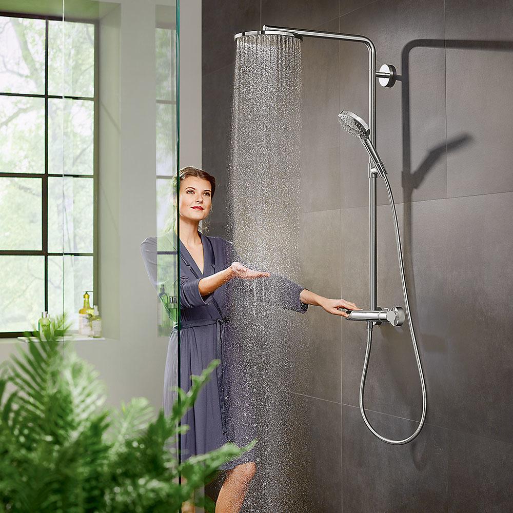 Sprchovací systém Showepipe sinovatívnym prúdom PowderRain od značky Hansgrohe vašu kožu pokryje tisíckami miniatúrnych kvapiek abudete sa cítiť, akoby na vás padal skutočný príjemný teplý letný dážď. Ručná ahorná sprcha spolu stermostatom sú spojené do jedného výrobku, čo je ideálne na renováciu bez komplikácií.