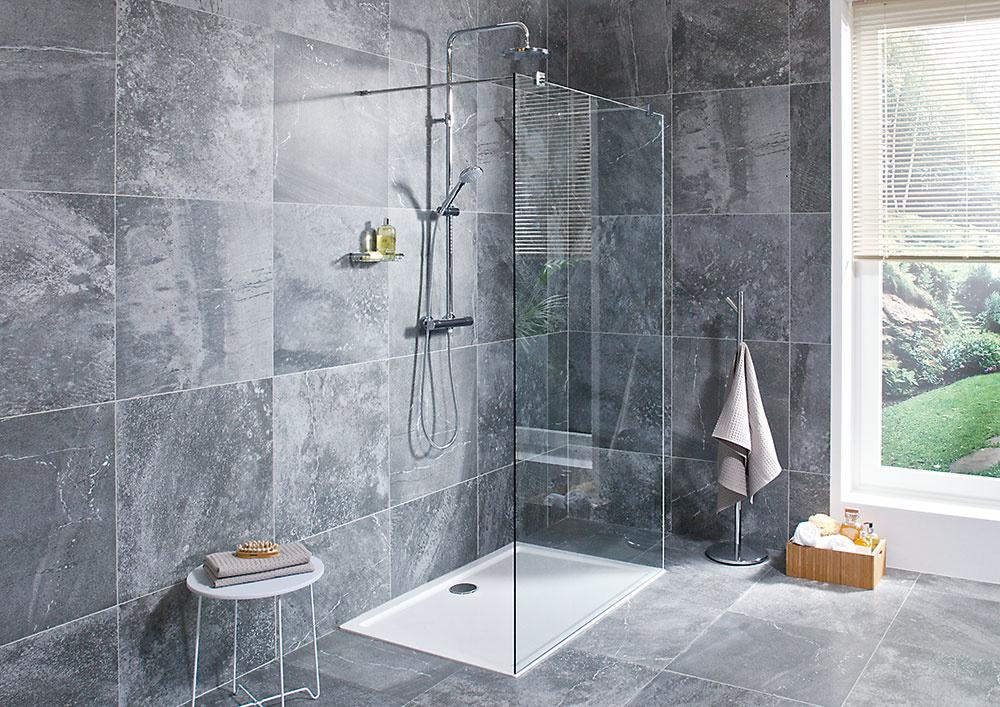 Sprchové steny Pure od značky Jika dodajú vašej kúpeľni štýl. Sú vyrobené z8 mm hrubého bezpečnostného skla so špeciálnou povrchovou úpravou. Dajú sa nainštalovať buď priamo na podlahu, ale môžete ich doplniť aj oceľovými vaničkami alebo vaničkami zliateho mramoru, ktoré sú takisto mimoriadne vďačné, čo sa týka údržby.