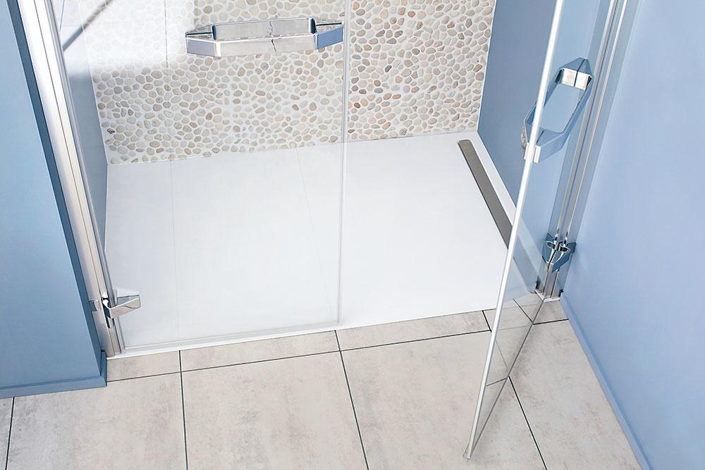 Nexsys od značky Kaldewei predstavuje nový sprchovací systém, ktorý umožňuje jednoduchú, rýchlu abezpečnú montáž. Vopred zmontovaná jednotka sa skladá zo smaltovanej extraplochej vaničky, spádového nosiča, odtokového žľabu aizolačnej súpravy. Absolútne plochá vanička sa dá dokonale zapustiť do dláždenej podlahy.