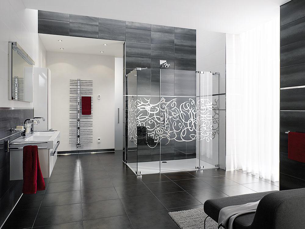 Sprchovací koncept Studio Paris Elegance od značky Hüppe sa skladá zbezrámových krídlových dverí abočnej steny. Tento kút sa vyrába vždy na mieru avybrať si môžete zo širokej ponuky držadiel, doplnkov, skiel anajmä vzorov pieskovania. Predáva Keramika Soukup.