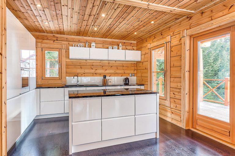 Surové drevo s lesklou bielou: Ideálna kuchyňa do víkendového zrubu?