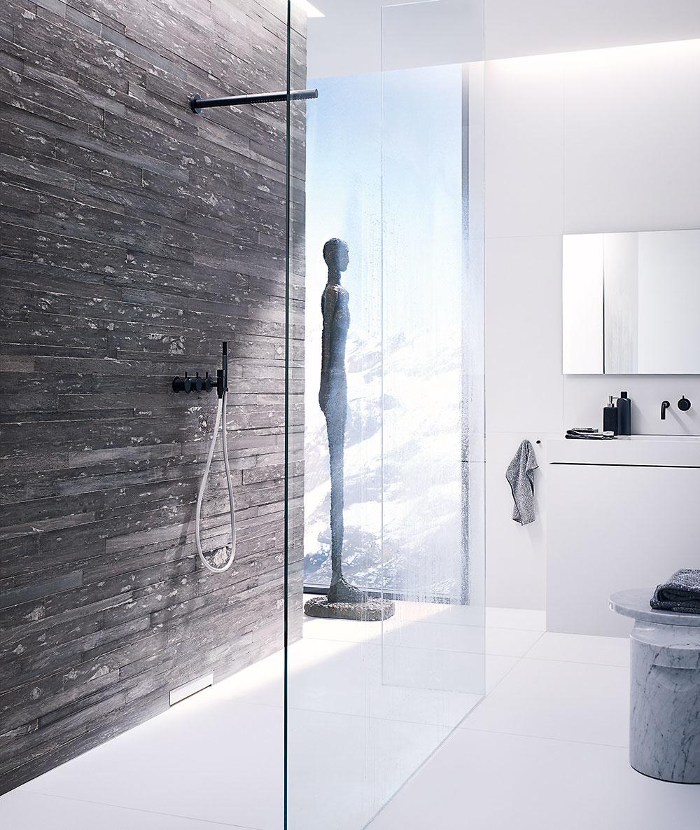 Premiestnením odtoku zpodlahy do steny zachováte jednoliaty anerušený povrch sprchy vúrovni podlahy auž nikdy sa nebudete musieť vyhýbať odtoku. Jediné, čo upúta pozornosť, je elegantný kryt odtoku umiestnený na obklade. Kdispozícii je vrôznych materiálových afarebných variantoch, aby korešpondoval sdizajnom kúpeľne.