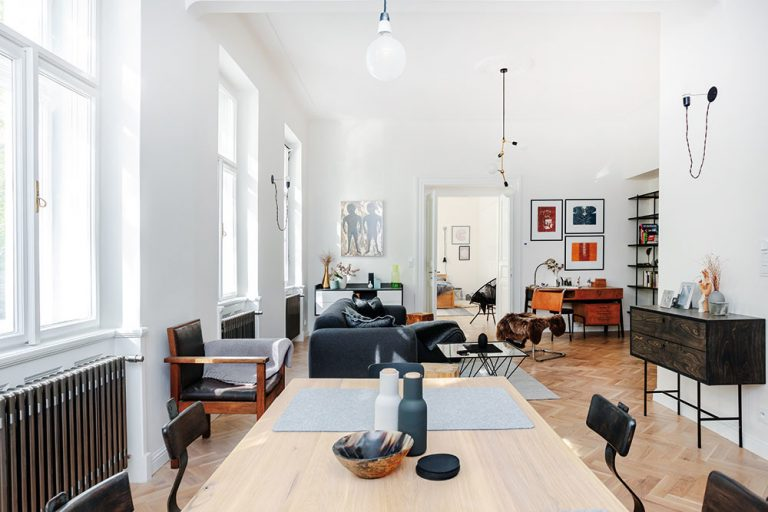 Interiér dvojizbového bytu v starom činžiaku, ktorý nenavrhol architekt