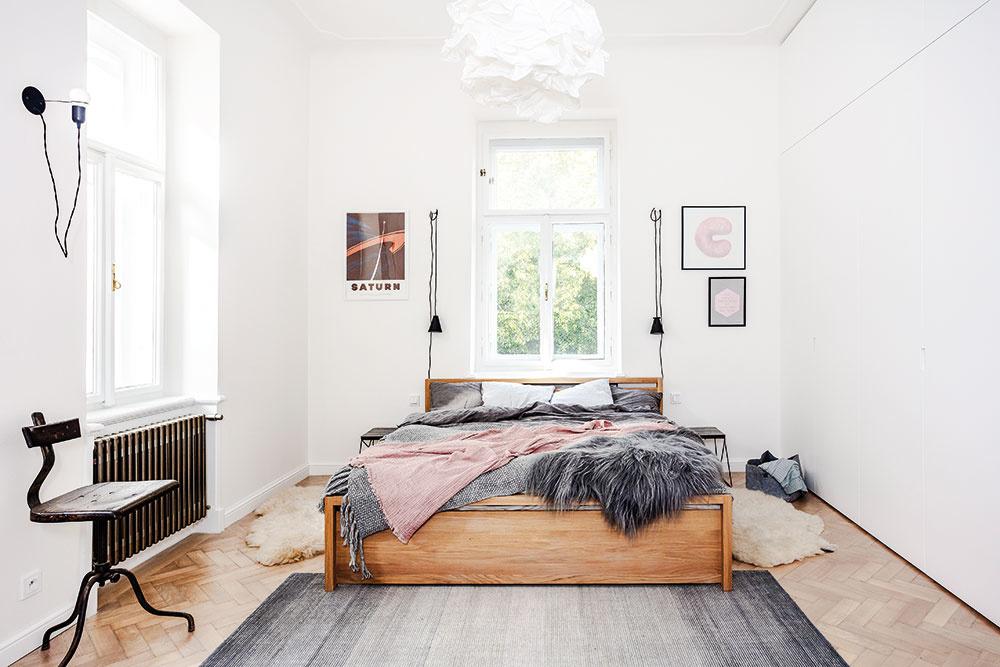 Jednoducho zariadená spálňa pojme i obrovskú vstavanú skriňu, ktorá zároveň funguje aj ako zvuková izolácia. Vďaka jednoduchosti a bielej farbe vyzerá skôr ako stena, takže v miestnosti nepôsobí vôbec rušivo.