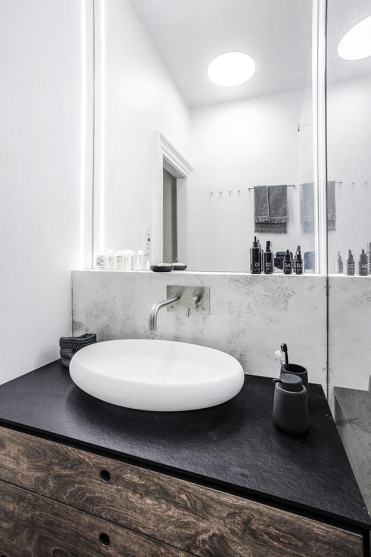 Kúpeľňa nie je veľká, no svojmu účelu slúži dokonale. V sprchovom kúte a nad umývadlom je použitá epoxidová stierka, ostatné steny majú vodoodolný biely náter. Celkový dojem dotvára ultratenké matné umývadlo Thin z materiálu rockstone a batéria Minimal z matného brúseného antikora.