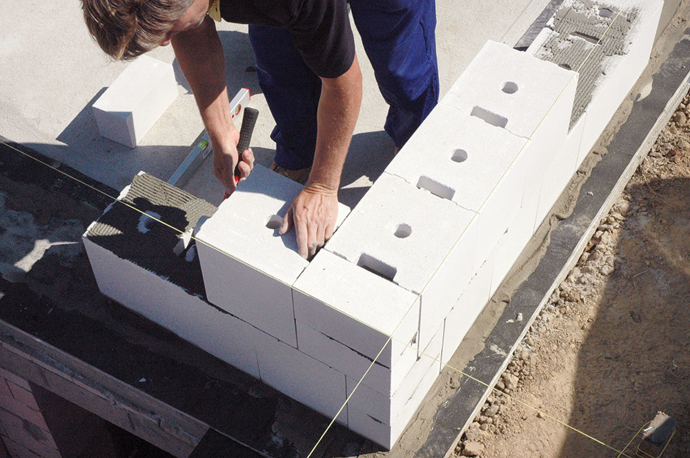 Vápennopieskové tehly výborne akumulujú teplo, vďaka čomu zabezpečujú v dome stabilnú vnútornú klímu v zime aj v lete. Obvodové steny však potrebujú zateplenie. Inštalácie sa vedú v otvoroch vnútri blokov alebo v inštalačnej predstene.