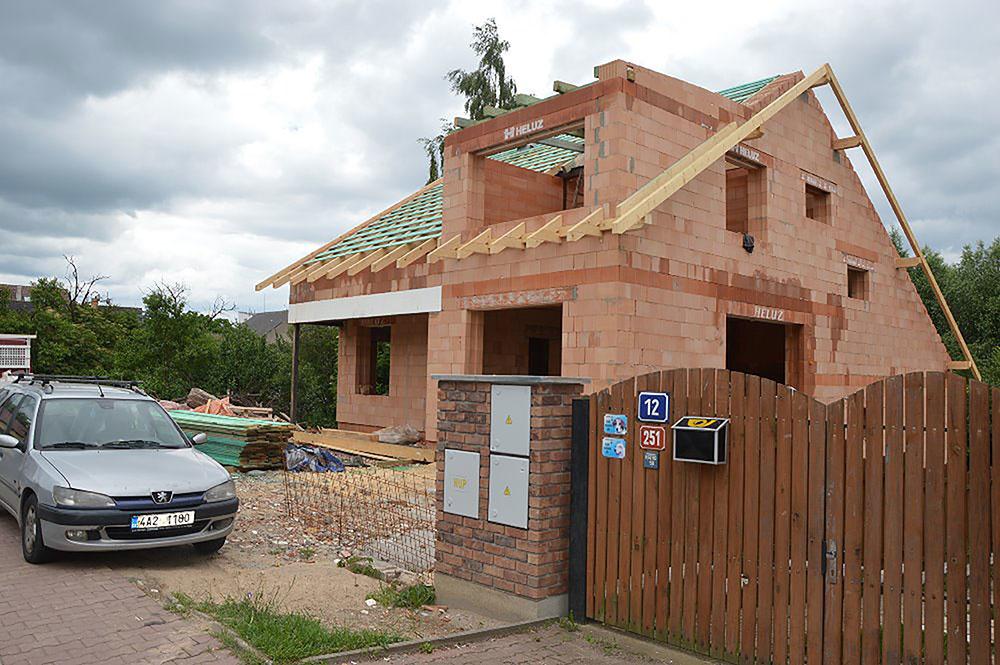 Priestranný tehlový dom v Kolovratoch