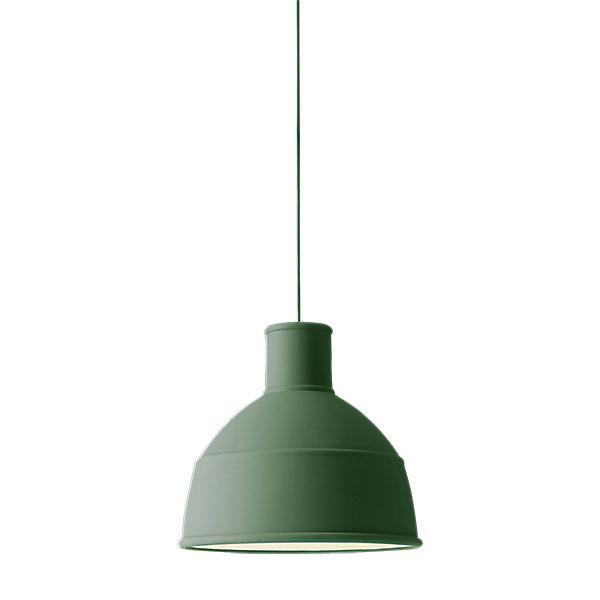 Industriálna závesná lampa od značky Muuto vyrobená zo silikónovej gumy, priemer 32,5 cm. Za 169 € predáva www.designville.sk.