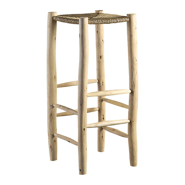 Barová stolička od značky Tine KHome je vyrobená ručne zdreva apalmových listov. Ako solitér vynikne nielen pri kuchynskom ostrove, ale aj vchodbe či obývačke, napríklad ako stojan na kvety. Cena 110 €, www.tinekhome.com.