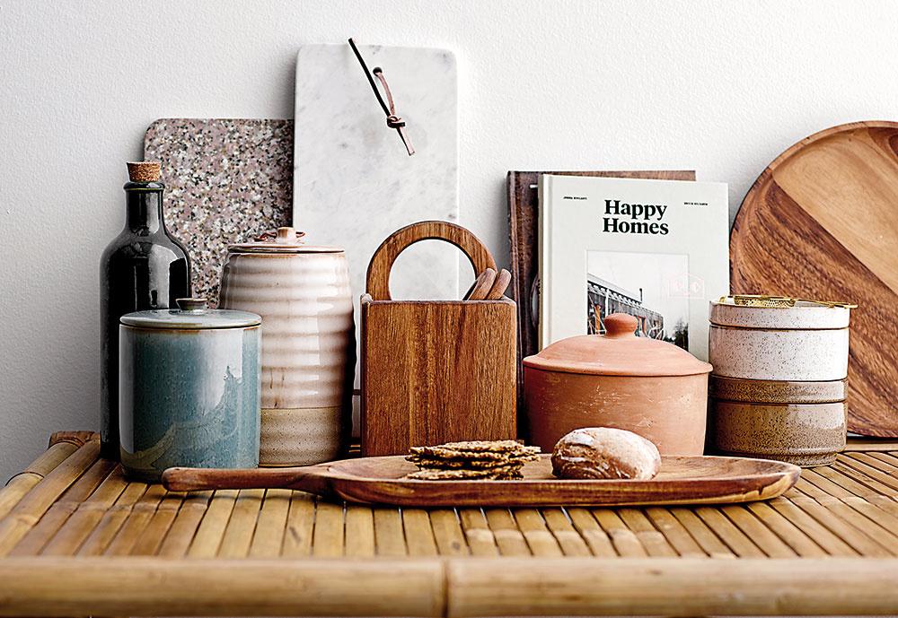 Obľúbená značka kuchynských doplnkov Bloomingville stavila aj tento rok na minimalistický dizajn aoverené materiály – keramiku, kameninu, drevo, ale iterakotu. Ich veľkým plusom je práve neutrálnosť – pasujú kvšetkým kuchynským štýlom.