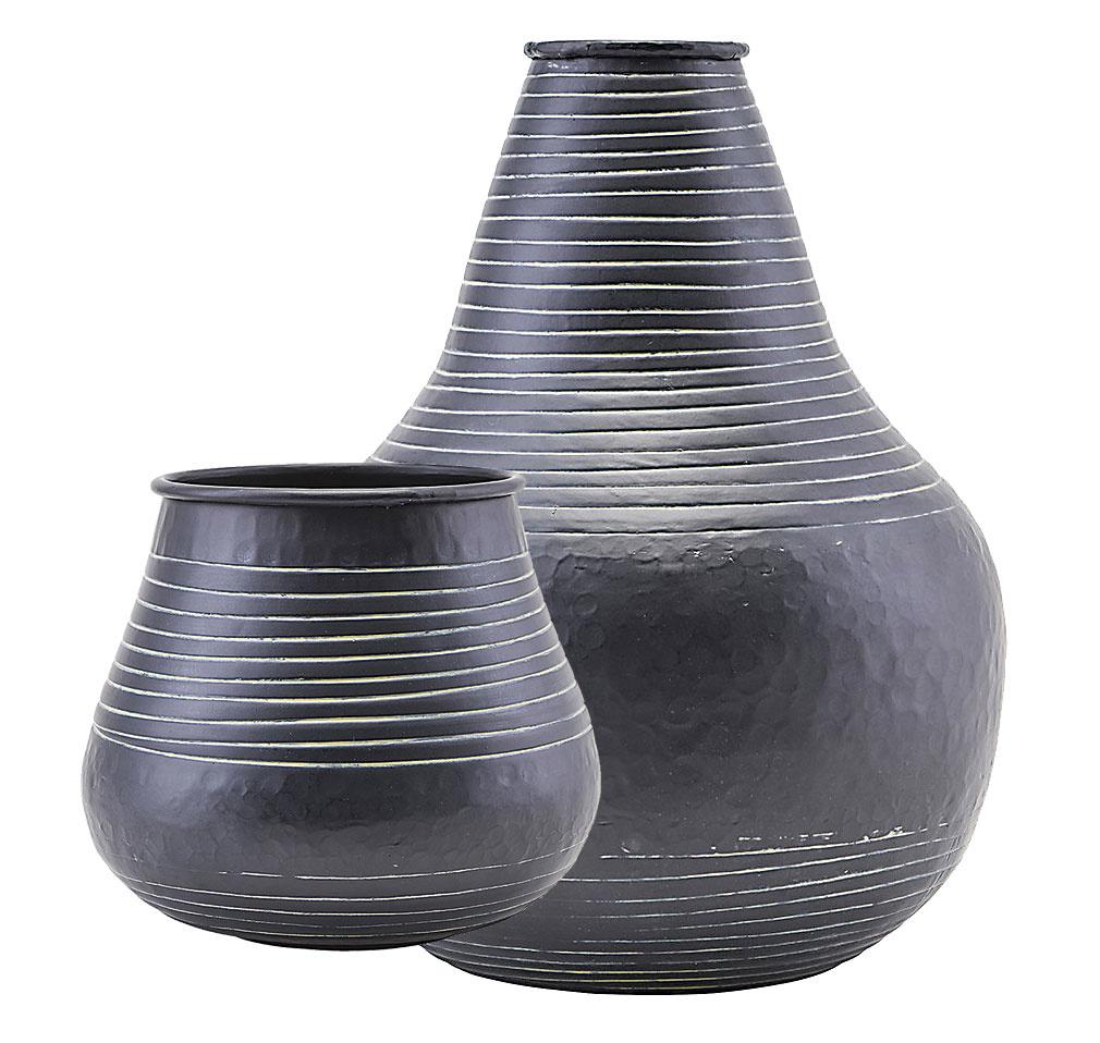 Vázy od značky House Doctor, hliník, 19 × 19,5 cm; 22 × 30 cm, od 41 €, www.amara.com