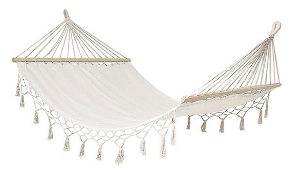 Hojdacia sieť Cotton Nature od značky Bloomingville, bavlna, drevo zborovice, 105 × 190 cm, 141,27 €, www.bellarose.sk