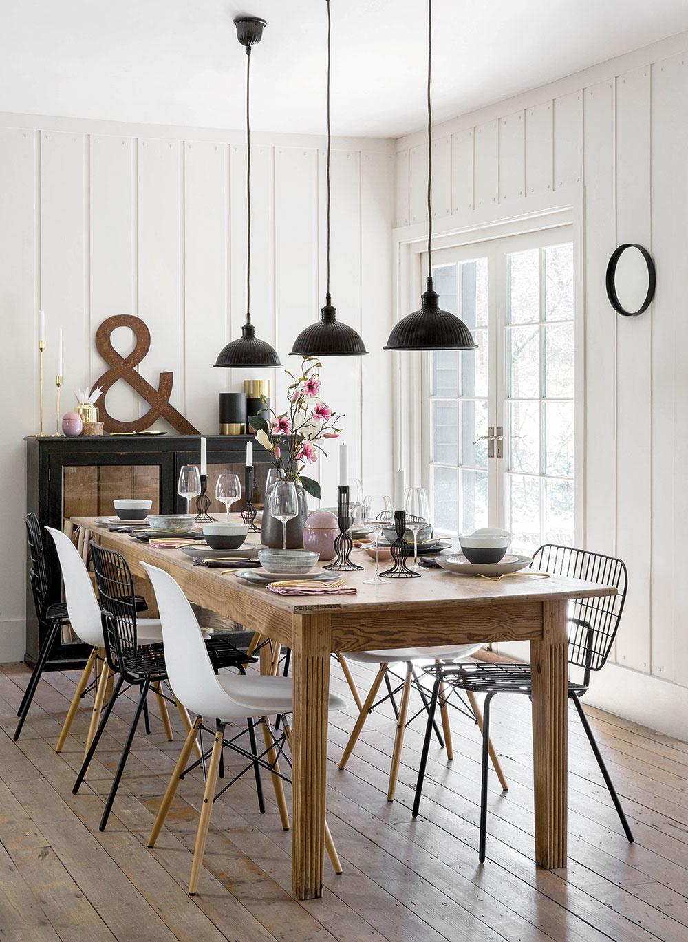 Hviezdou tohto interiéru je, samozrejme, veľký drevený stôl. Ten by skutočne nemal chýbať vo vidieckom dome. Takýto veľkorysý svetlý priestor, vktorom dominuje biela farba, je solídnym základom na miešanie hrušiek sjablkami. Pokojne pridružte ktradičnému masívnemu stolu moderné stoličky. Stále totiž platí, že kvalitný dizajn je nadčasový aznesie sa aj so staršími kúskami nábytku.