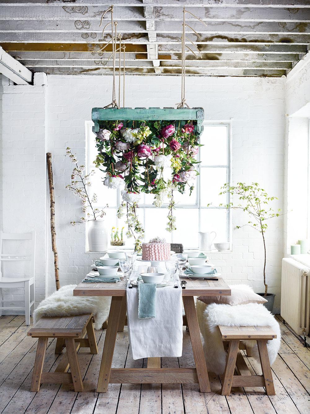 Končí sa dlhá zima aprichádza jar. Kým zakvitnú prvé kvety, pomôžte si aj umelými vyrobenými zlátky či papiera, apokojne to snimi prežeňte. Nezabudnite ani na vetvičky ovocných stromov. Najrýchlejším spôsobom, ako na stôl dostať jarnú náladu, je prestieranie vpestrých, sviežich farbách. Netreba to preháňať sformalitami, jari svedčia prírodné textílie anajmä dobrá nálada.