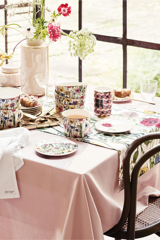VEČNÁ ROMANTIKA. Jemný porcelán snežným dekorom je kúsok, ktorý bude vmóde vždy. Túto jar to však sromantikou môžete pokojne prehnať adoplňte ho obrusom spodobným vzorom.