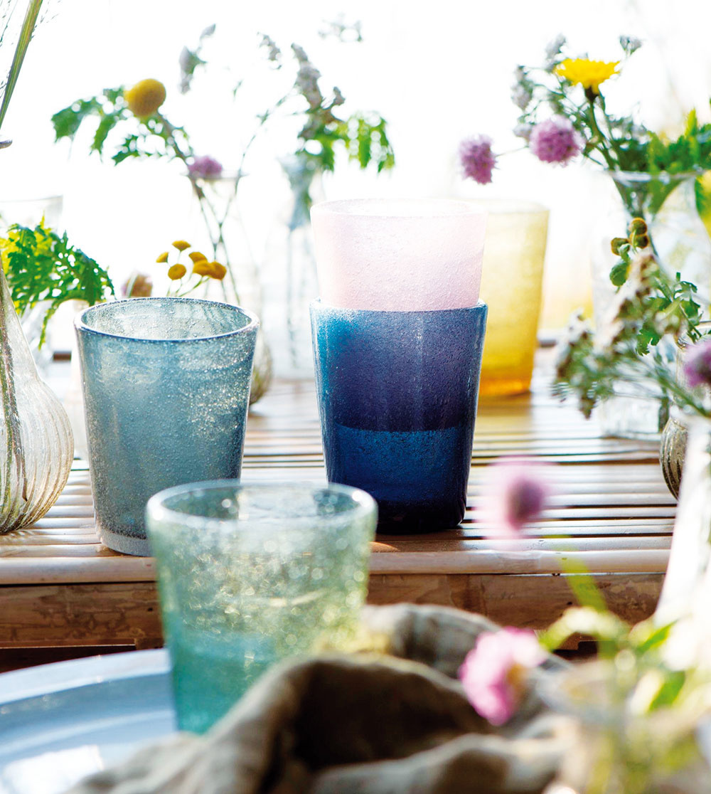 LÚČNE FARBY. Farebné sklo zažíva svoj návrat. Aak ho doplníte niekoľkými divokými kvetmi, máte úspech zaručený.