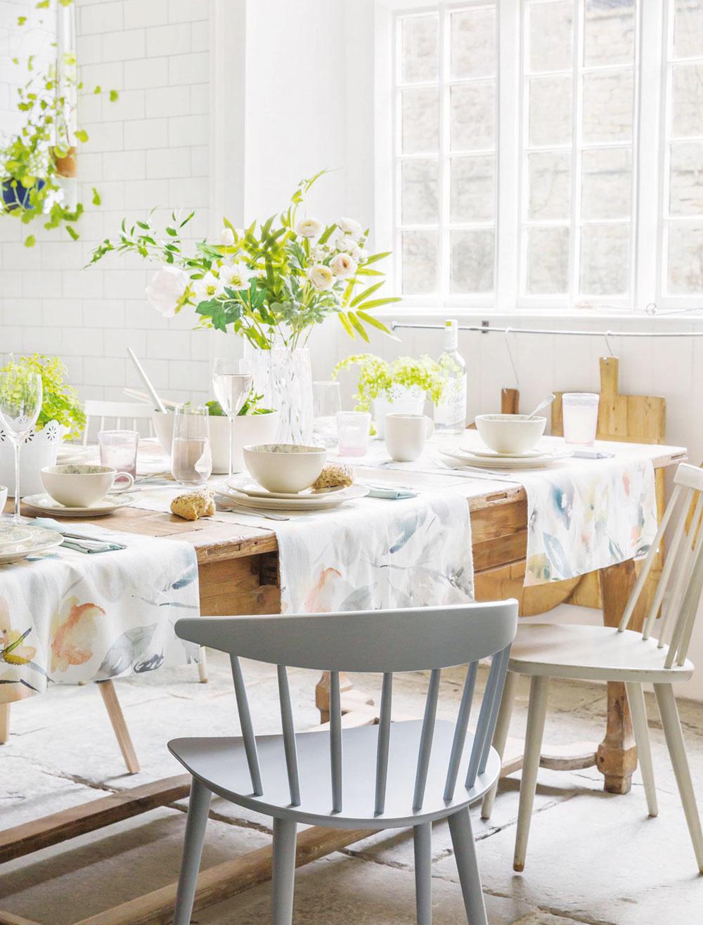 ROZKVITNUTÝ STôL. Pokojne vymeňte veľký obrus za niekoľko menších. Ak použijete potlač vjemnej pastelovej farbe, výsledný efekt bude čarovný. Samozrejme, nezabudnite na kvetinový aranžmán.