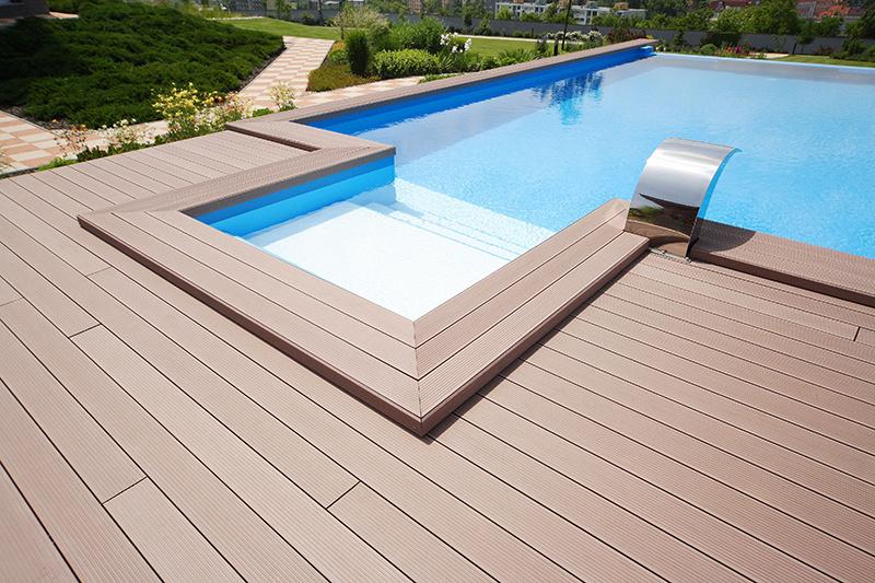 Drevoplastovému materiálu Twinson nevadí styk s vodou, preto ho možno umiestniť aj v okolí bazéna.