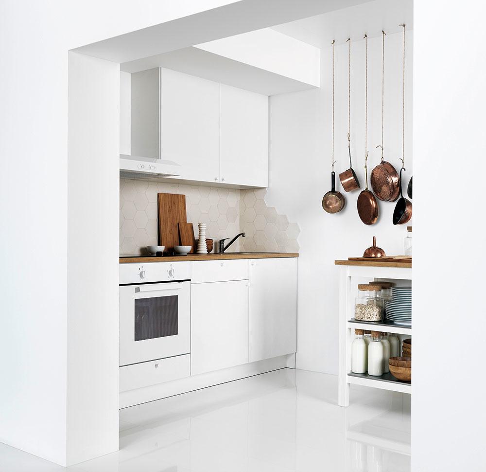 Dôležitá je i výška kuchynskej linky, nielen jej dispozícia. Osoba vysoká 165 cm potrebuje výšku aspoň 86 cm, zatiaľ čo pre ľudí vyšších ako 170 cm je vhodné pracovnú dosku umiestniť do výšky aspoň 90 cm.