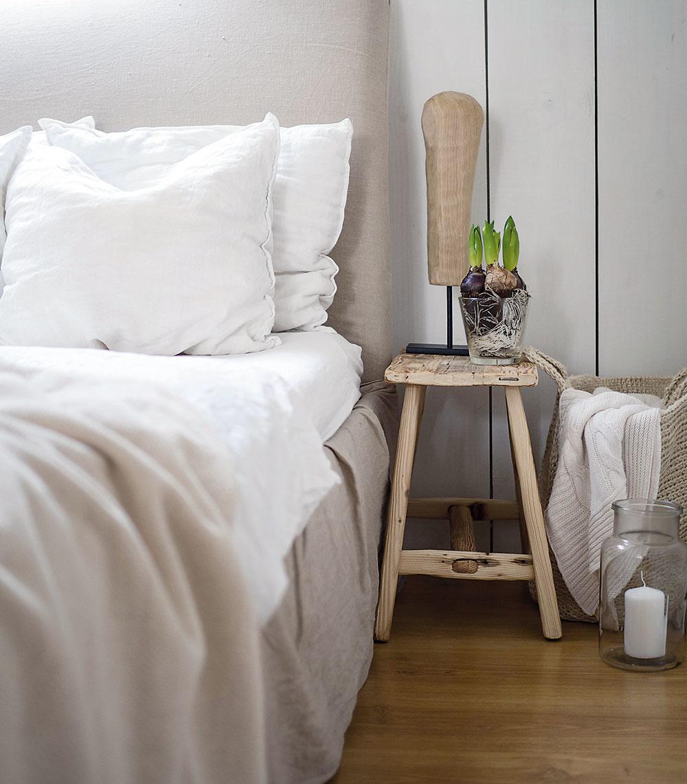 Spálňa vpodkroví je minimalistická priestorom aj vybavením, no na útulnosti jej to rozhodne neuberá. Časť znej oddelili manželia na šatník, takže si tu sminimom zariadenia pohodlne vystačia.