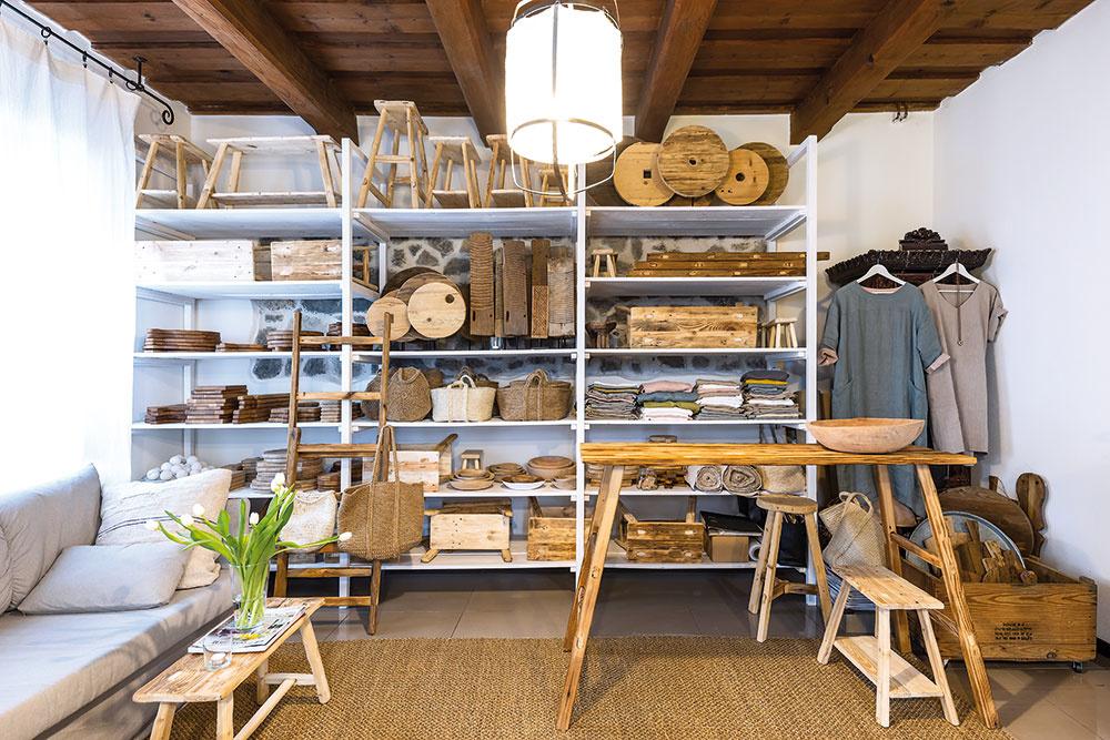 Vateliéri, ktorý je súčasťou domu, Adriana tvorí apracuje. Keď má trochu času, vezme starý kus nábytku azačne ho renovovať. Začínala svýrobou lopárov, dnes už sú omnoho väčším hitom jej e-shopu rebríky, lavice astolčeky zo starého dreva. Podľa jej návrhov vznikajú tiež ľanové šaty, košíky zjutového špagátu či drobná keramika.