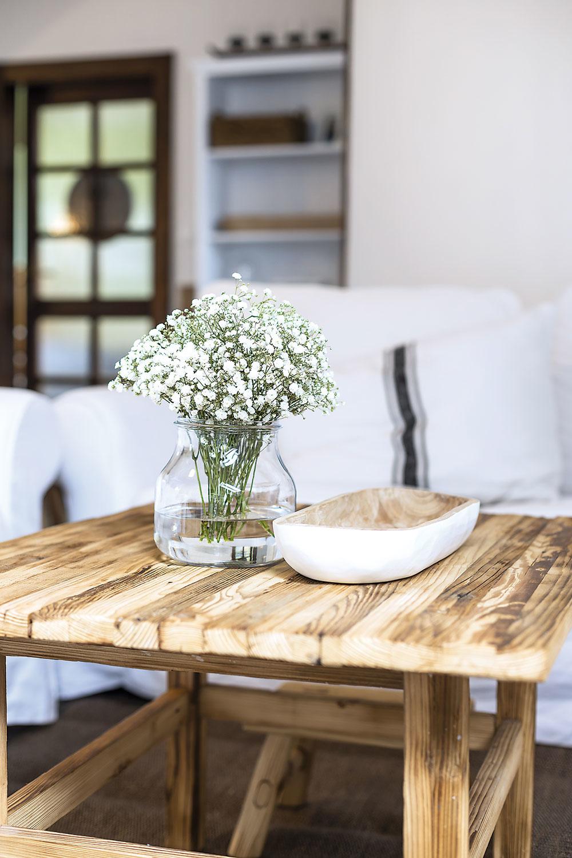 Kvety do vidieckeho interiéru jednoducho patria, rovnako ako sú prirodzenou súčasťou vidieckych záhrad. Adriana má pre ich výber aaranžovanie veľký cit.
